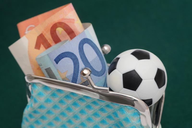 財布にお金とボール